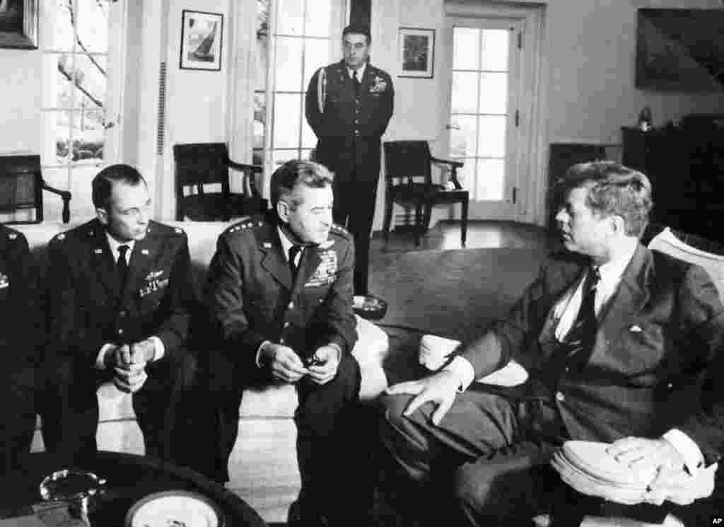 Ảnh chụp năm 1962 cho thấy Thiếu tá Richard ``Steve'' Heyser, trái, và Đại tướng Curtis LeMay, Tư lệnh Không quân, thảo luận với Tổng thống Kennedy về các chuyến bay do thám bằng máy bay U-2 trên vùng trời Cuba