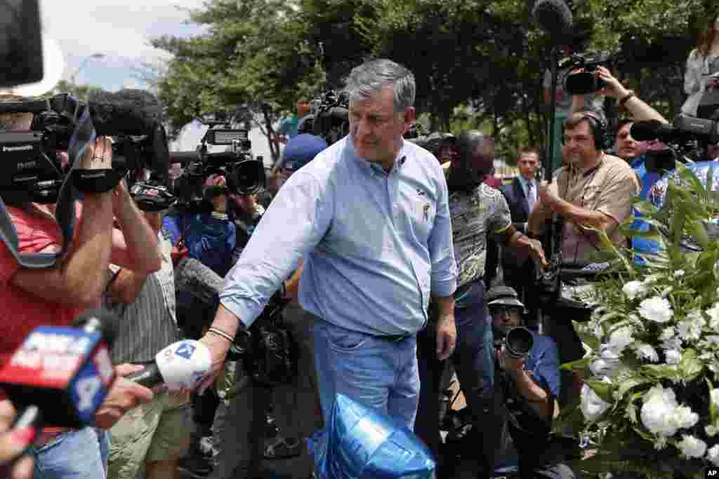 شهردار دالاس از یادبود موقتی که در کنار خودروی پلیسهای جان باخته ایجاد شده بود دیدن کرد.