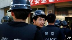 Polisi anti-teror China melakukan latihan pengamanan di Urumqi, Xinjiang (foto: dok).