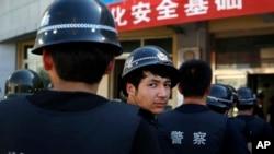 Cảnh sát tập trung cho buổi diễn tập chống khủng bố ở Urumqi, Tân Cương.