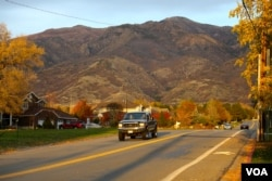 A neighborhood at the foot of a mountain in Kaysville, Utah, about a 30-minute drive north of the capital, Salt Lake City. The city is surrounded by the Wasatch mountain range on one side and the Great Salt Lake on the other. Oct. 27, 2016. (R. Taylor/VOA)
