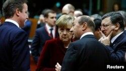 유럽연합 정상들이 6일 벨기에 브뤼셀에서 우크라이나 사태에 관한 긴급 회담을 개최했다. 왼쪽부터 데이비드 캐머런 영국 총리, 앙겔라 메르켈 독일 총리, 트라이언 바세스쿠 루마니아 대통령, 호세 마누엘 바로소 유럽연합 집행위원장.
