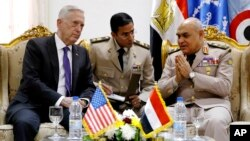 Menteri Pertahanan Amerika Jim Mattis (kiri) dan Menhan Mesir Sedki Sobhi (kanan) melakukan pembicaraan di Kairo, Kamis (20/4).