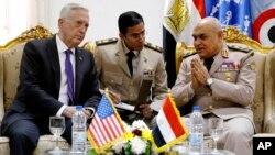 Menteri Pertahanan Amerika Jim Mattis (kiri) bertemu dengan Menteri Pertahanan Mesir Sedki Sobhy (kanan) di Kairo, hari Kamis (20/4).