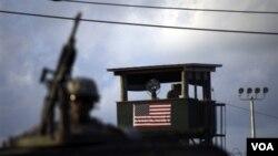 La cárcel de Guantánamo está cercada por una alambrada electrificada de tres metros de altura y posee una población de 435 marines que conviven con otros militares y civiles estadounidenses.