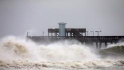 Talasi na pristaništu u mjestu Gulf Shores u Alabami