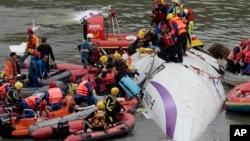 台灣救援人員在基隆河墜機現場進行搜救工作。