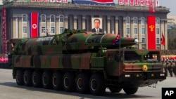 Kendaraan Korea Utara yang membawa misil dalam parade militer di Pyongyang. (Foto: Dok)