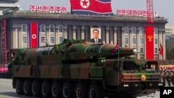 Militer Korea Utara melakukan parade di Lapangan Kim Il Sung di Pyongyang (foto: dok). Korut memerintahkan kedutaan asing mempertimbangkan evakuasi warganya dari Pyongyang.