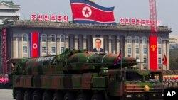 Motar sojan Koriya ta Arewa dauke da wani makami mai linzami lokacin fareti a dandalin Kim Il Sung a Pyongyang.
