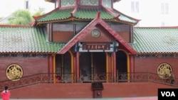 Masjid Muhammad Cheng Hoo di Surabaya. (Foto: VOA/Petrus Riski)