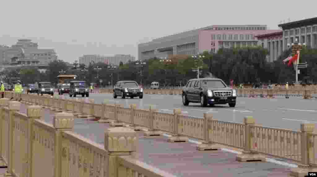 美國總統川普的車隊前往北京故宮,經過天安門廣場。(2017年11月8日,美國之音艾德拍攝)