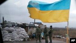 Tentara Ukraina siaga di sebuah pos dekat kota Debaltseve di Artemivsk, Ukraina timur (3/2).