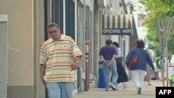 Šetači na jednoj od glavnih ulica u Tineku, u Nju Džersiju, gde su male kompanije u teškoj krizi zbog najnovijeg ekonomskog pada.