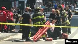18일 미국 뉴욕 타임스퀘어에서 차량 돌진 사고가 발생해 구조대가 출동했다.