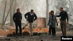 Predsednik SAD Donald Tramp obilazi ugroženo područje u Kaliforniji (Foto: Reuters)