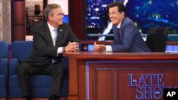 Bush junto al presentador Stephen Colbert en Nueva York.