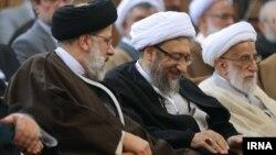 از چپ: ابراهیم رئیسی - صادق لاریجانی و احمد جنتی در مراسم معارفه رئیس جدید قوه قضائیه
