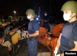 Anggota Komando Penjaga Pantai Turki melakukan penggerebekan di geladak kapal kargo, di kota pelabuhan Aegean, Izmir, Turki 7 Juli 2020.