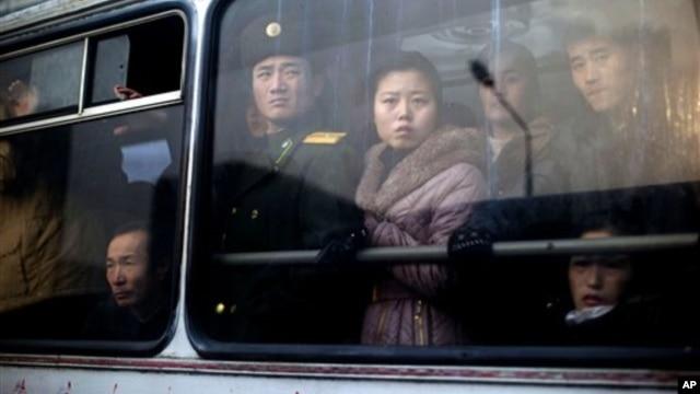 지난달 북한 평양에서 버스에 탄 주민과 군인. (자료사진)