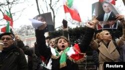 伊朗总统鲁哈尼的反对者在伊朗驻伦敦大使馆外抗议。(2018年1月2日)