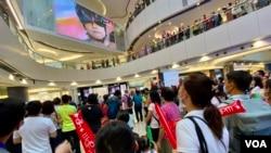 香港單車選手李慧詩8月7日下午,出戰東奧場地單車爭先賽8強,數以百計香港市民在觀塘一個商場觀看電視直播,為李慧詩打氣場面非常熱鬧 (美國之音/湯惠芸)