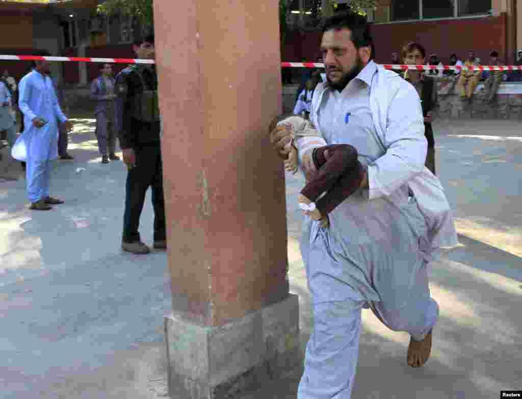 Anggota tim SAR menggendong anak yang cedera akibat gempa bumi di Afghanistan. Gempa dahsyat itu mengguncang kawasan terpencil di Afghanistan utara dan menewaskan setidaknya 300 orang, sementara ribuan lainnya cedera. Gempa itu terasa hingga India utara dan Islamabad, ibukota Pakistan.