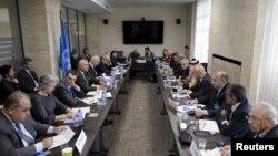 지난달 22일 스위스 제네바의 유엔 본부에서 스테판 데 미스투라 유엔 시리아 담당 특사와 시리아 반군 대표들이 평화협상을 논의하고 있다. (자료사진)
