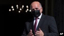 资料照片:伊拉克外交部长福阿德·侯赛因于 2021 年 2 月 12 日星期五抵达雅典与希腊外交部长会面时做手势。(美联社照片/Petros Giannakouris)