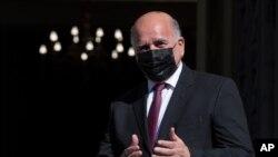 伊拉克外交部長福阿德·侯賽因於2021 年2 月12 日星期五抵達雅典與希臘外交部長會面時做手勢。(美聯社照片/Petros Giannakouris)