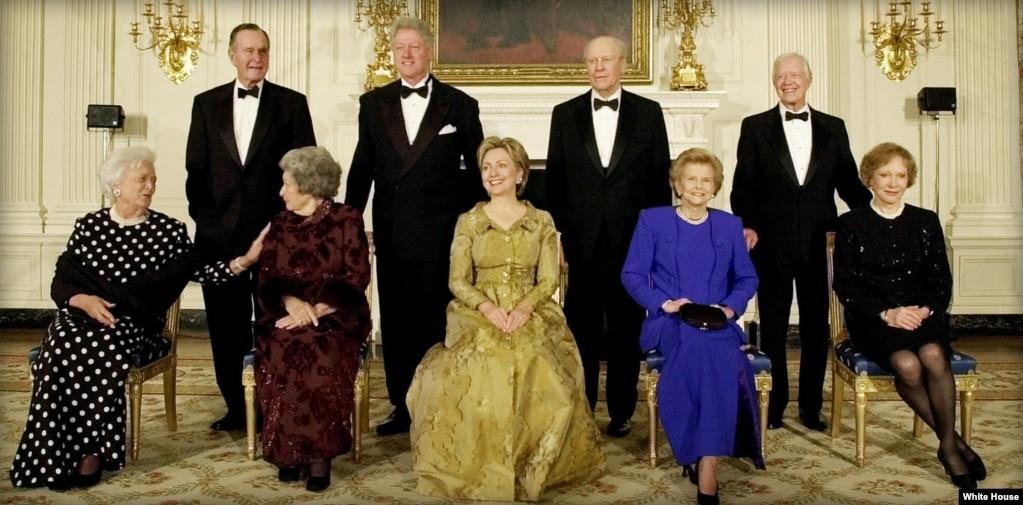 2000年11月9日,紀念白宮建立200週年的晚宴上,後排從左到右:前總統喬治HW 布什,克林頓總統,前總統杰拉爾德·福特和前總統吉米·卡特。 他們各自的夫人和前總統約翰遜的夫人依次坐在前排,從左到右:芭芭拉·布什,伯德·約翰遜,希拉里·克林頓,貝蒂·福特和羅莎琳·卡特。