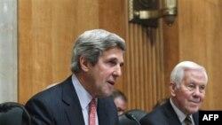 Thượng nghị sĩ Mỹ John Kerry (trái) và Thượng nghị sĩ Richard Lugar nói chuyện về tình hình khủng hoảng ở Ai Cập