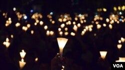 香港浸會大學社工系學生梁同學認為,維園悼念六四的燭光有不同意義 (美國之音湯惠芸拍攝)