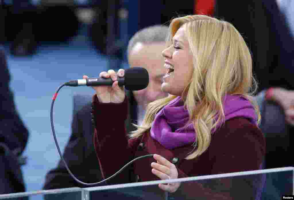 "Kelly Clarkson sings ""My Country 'Tis of Thee"" during swearing-in ceremonies for U.S. President Barack Obama on the West front of the U.S Capitol in Washington, January 21, 2013"