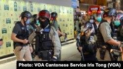 防暴警察制服一名身穿黑衫、黑褲的女子,將她拘捕 (攝影:美國之音湯惠芸)