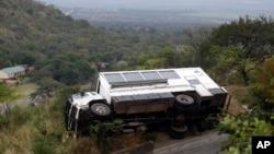 Un autobus renversé sur le côté au bord d'une autoroute près de la ville de Barbenton, à 40 kilomètres de Nelspruit, Afrique du Sud, 10 juin 2010.