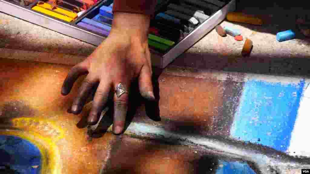 粉笔画家的手指(美国之音国符拍摄)