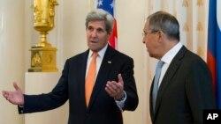 Menteri Luar Negeri AS John Kerry dan Menteri Luar Negeri Rusia Sergey Lavrov dalam pertemuan mereka di Moskow Jumat (15/7).