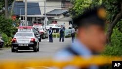 26일 일본 도쿄 외곽 사가미하라의 장애인 시설에서 해고된 전 직원의 칼부림으로 40명의 사상자가 발생한 가운데, 경찰이 사건 현장 주변을 지키고 있다.