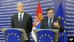 Serbia's President Boris Tadic (L) and European Commission President Jose Manuel Barroso (R) hold a joint news conference after a meeting in Brussels February 28, 2012.