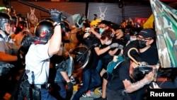 香港防暴警察2019年7月7日被指暴力驱散示威人群。
