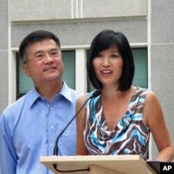 骆家辉妻子莫纳对媒体讲话