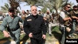 حیدر العبادی نخست وزیر عراق در حال بازدید از یک پایگاه نظامی از شهر آزاد شده فلوجه - خرداد ۱۳۹۵