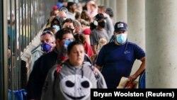 - Arhivska fotografija: Građani čekaju savetovanje u vezi sa prijavama za pomoć nezaposlenima (Foto: Reuters)