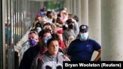18 Temmuz 2020 - ABD'nin Kentucky eyaletinin Frankfort kentinde işsizlik başvurusu için sırada bekleyen Amerikalılar