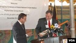 په افغانستان کې د امریکاپخوانی سفیر کارل یکن بیري او ډاکټر عمر زاخیلوال د کابل د کرکټ د نړیوال لوبغالي د بنسټ ایښودو په مهال