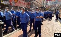 大批消防員1月23日下午到達佐敦強制檢測封鎖區工作,當局派出警察、消防、懲教署、海關、入境處等多個部門超過3千人手協助完成強制檢測。(美國之音 湯惠芸拍攝)