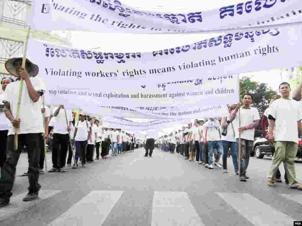 Thousands of garment workers joined rights advocates and others on a march in Phnom Penh Monday, marking the 64th International Human Rights Day. The march moved from the Olympic Stadium to Freedom Park.