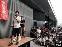 香港中學生大罷課 人數遠超預期,學民思潮表示,約有1,200名香港中學生參與罷課爭普選,人數遠超預期。(美國之音湯惠芸攝)