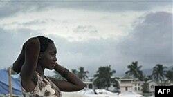 Các túp lều dựng tạm nằm chồng chéo lên nhau ra đến tận lề đường ở Port-au-Prince, Haiti